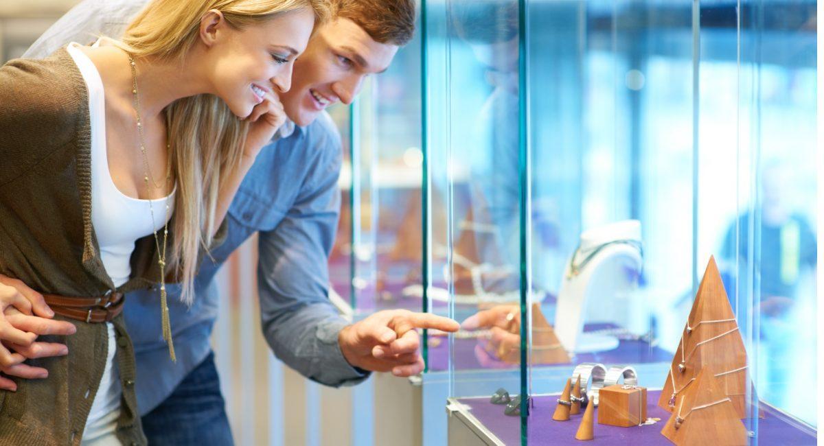 Увеличение продаж товаров с помощью стеклянных витрин